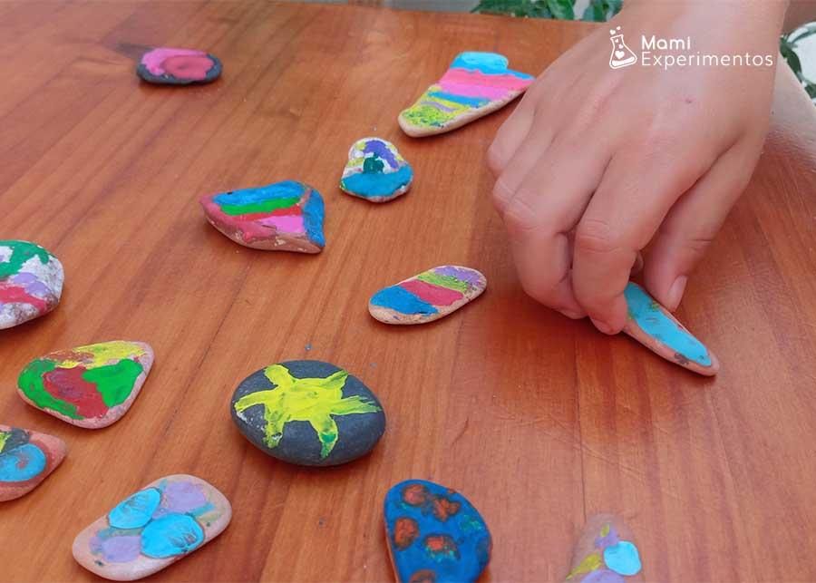 Jugar con piedras decoradas con lápices de cerras derritiéndose