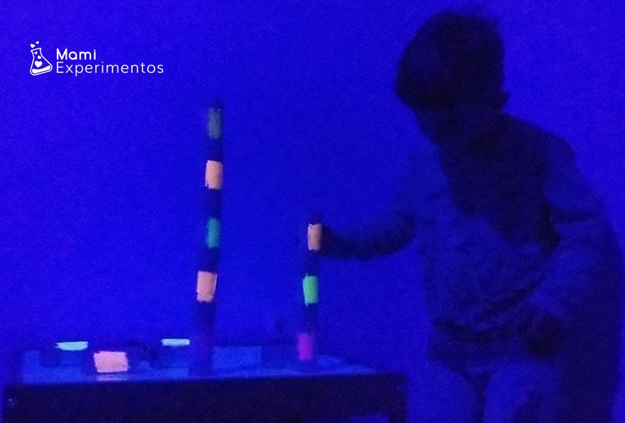 Jugando con rollos reciclados a construir y luz negra