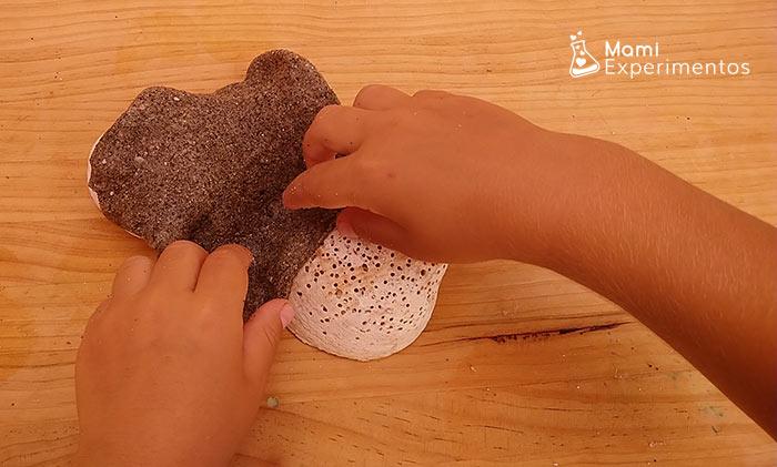 Jugar con slime y conchas marinas