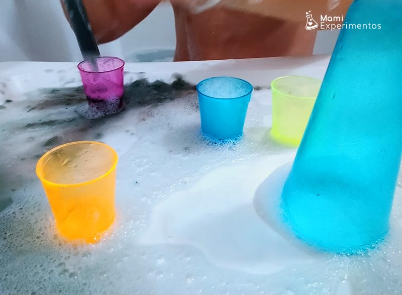 Jugar en la bañera con bombas de baño de rocas lunares
