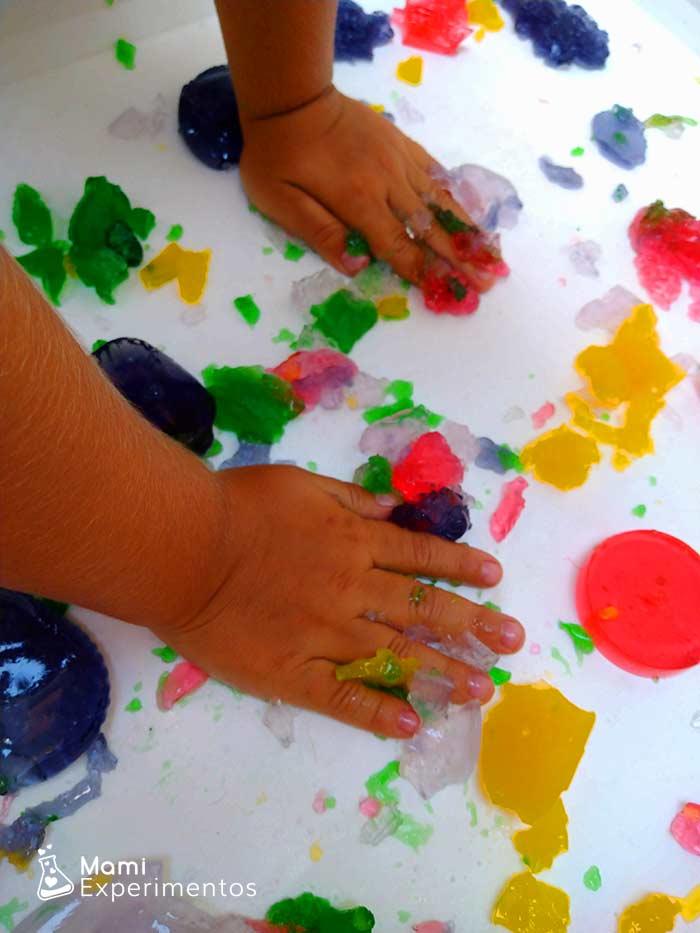 Jugar y sentir la gelatina de colores