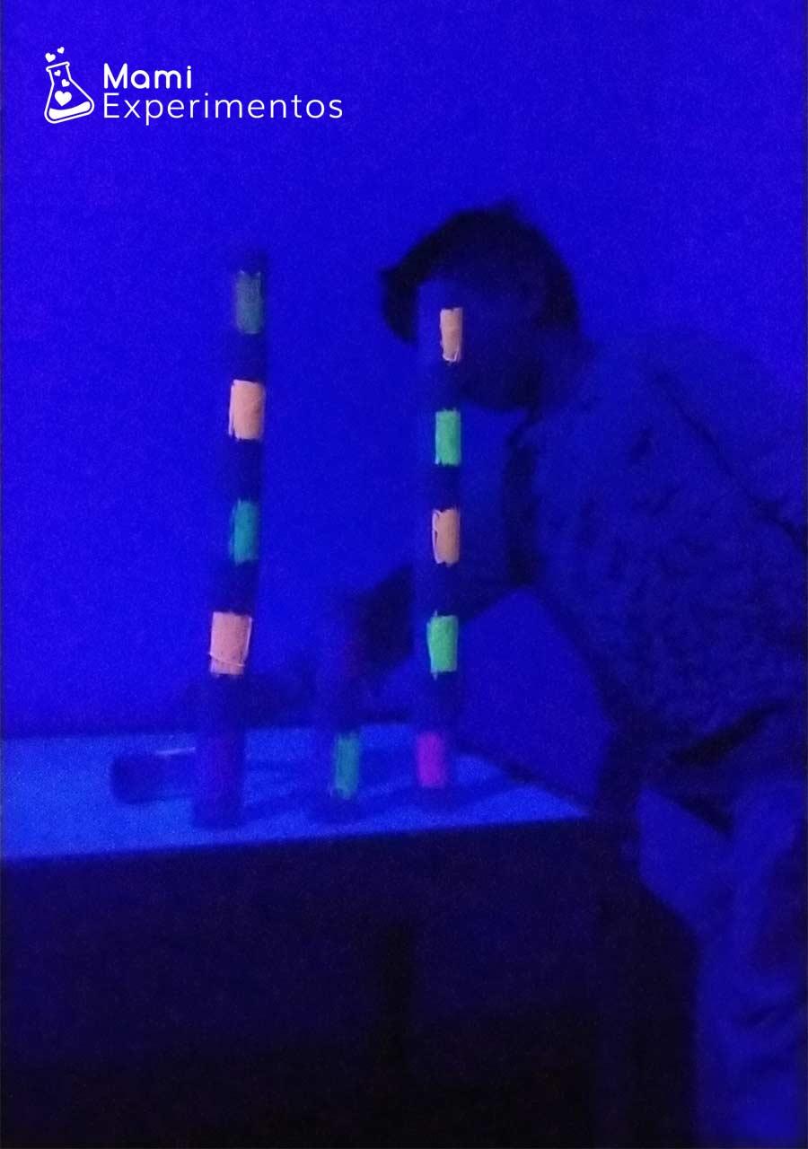 Juguetes de construcción reciclado con rollos y luz negra