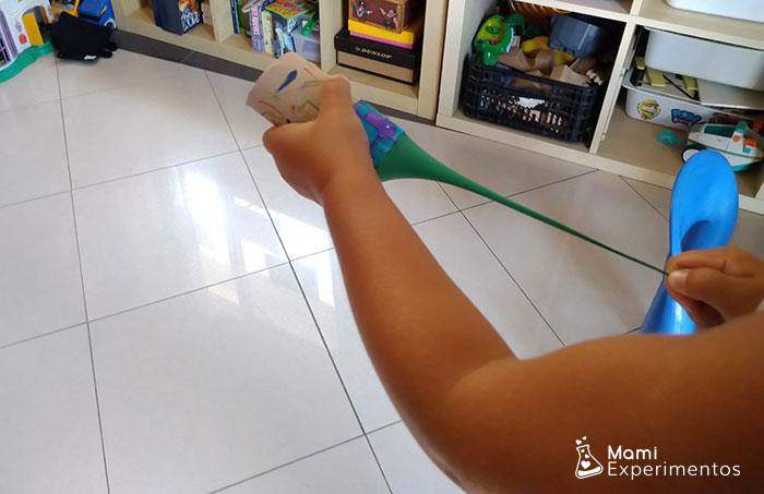 Lanzapiendo pompones con lanzador