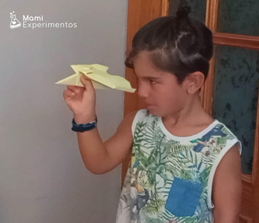 Lanzando avión amarillo física con aviones de papel