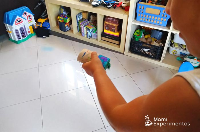 Lanzando pompones con rollo de papel higiénico