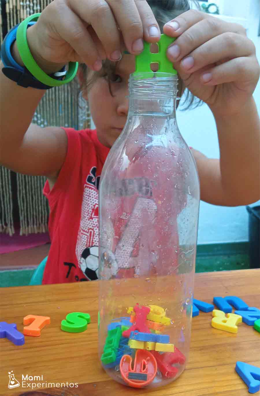 Letras de colores para botella sensorial del alfabeto