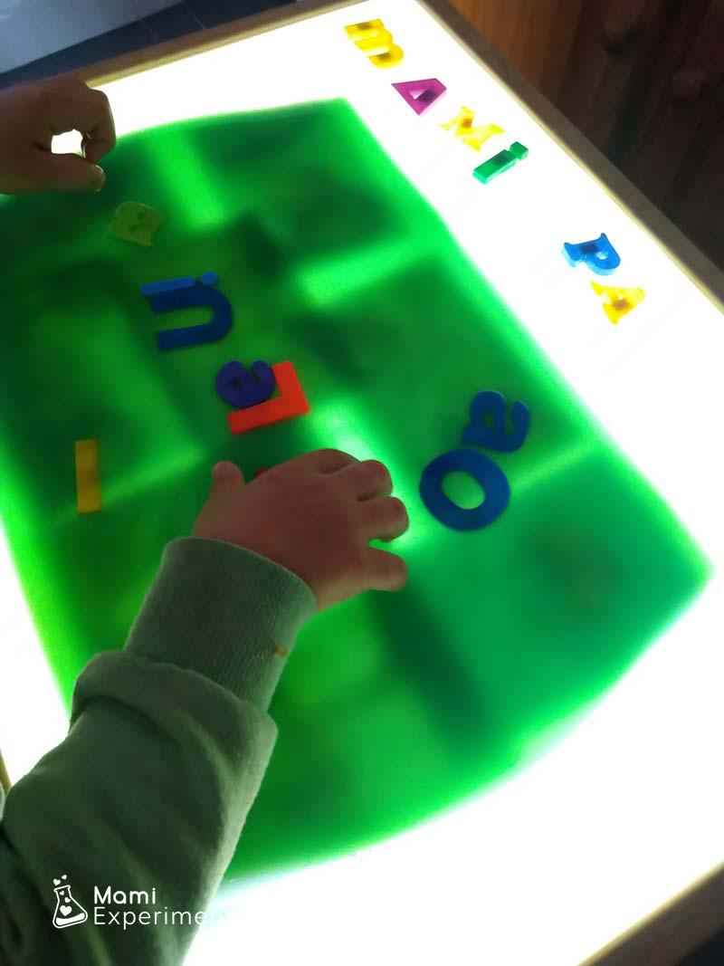 Letras en bandeja sensorial dia de las familias