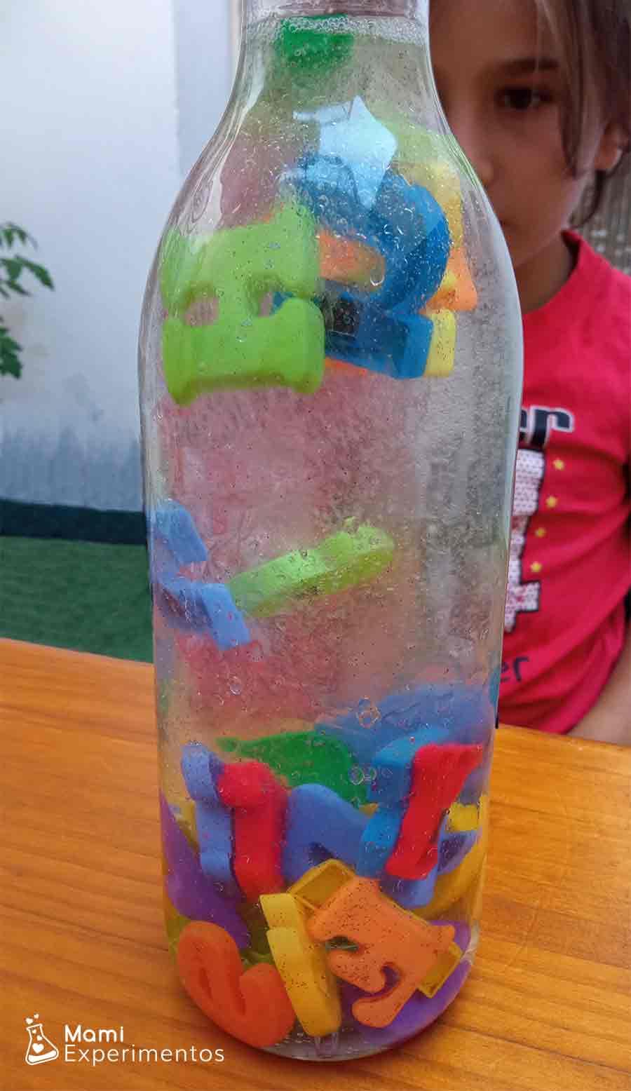 Letras en movimiento en botella sensorial alfabeto
