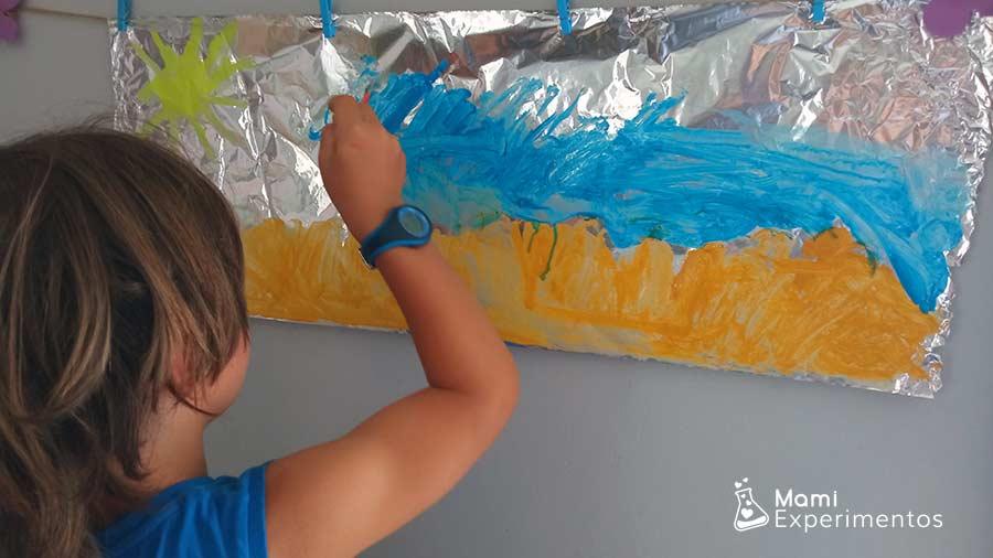 Lienzo particular con papel de aluminio pintando sobre el verano