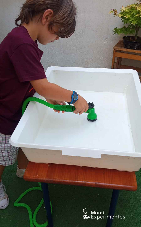 Llenando bandeja para experimento flotabilidad crear barco pirata
