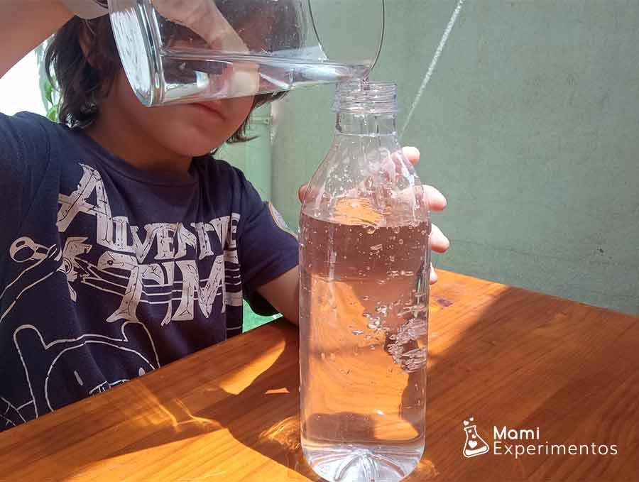 Llenando botella hasta arriba del todo para experimento cartesiano