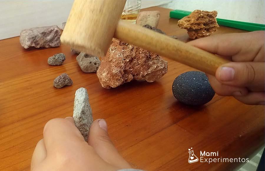 Manejando martillo para comprobar dureza en centro de experimentación de rocas