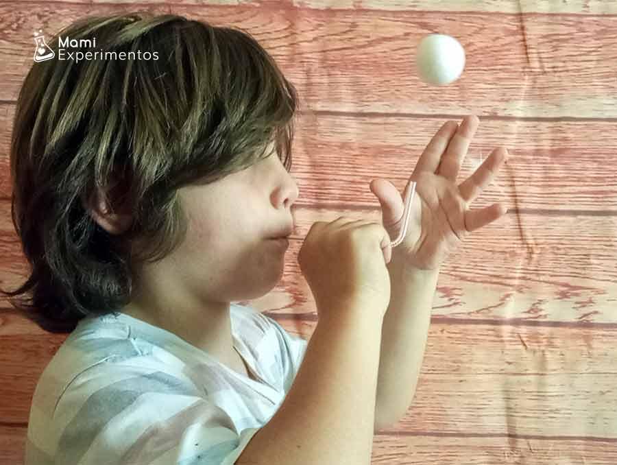 Manteniendo el aire para hacer volar la pelota de poliespan