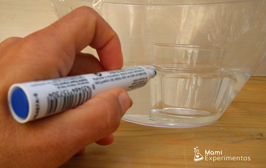 Marcando recipiente experimento ciclo del agua