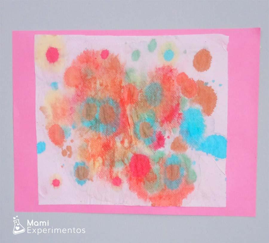 Marco hecho y colgado pintando con acuarelas en papel de cocina