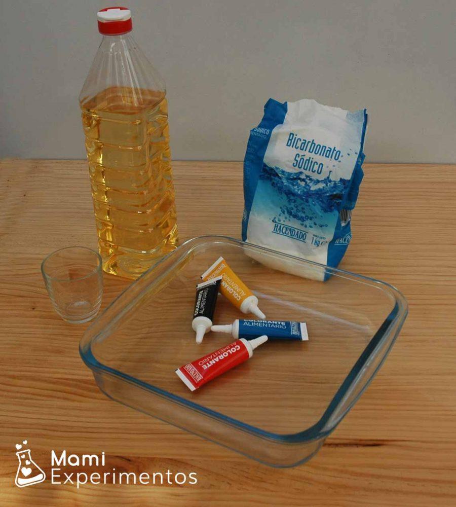 Materiales necesarios para mezclar vinagre y bicarbonato