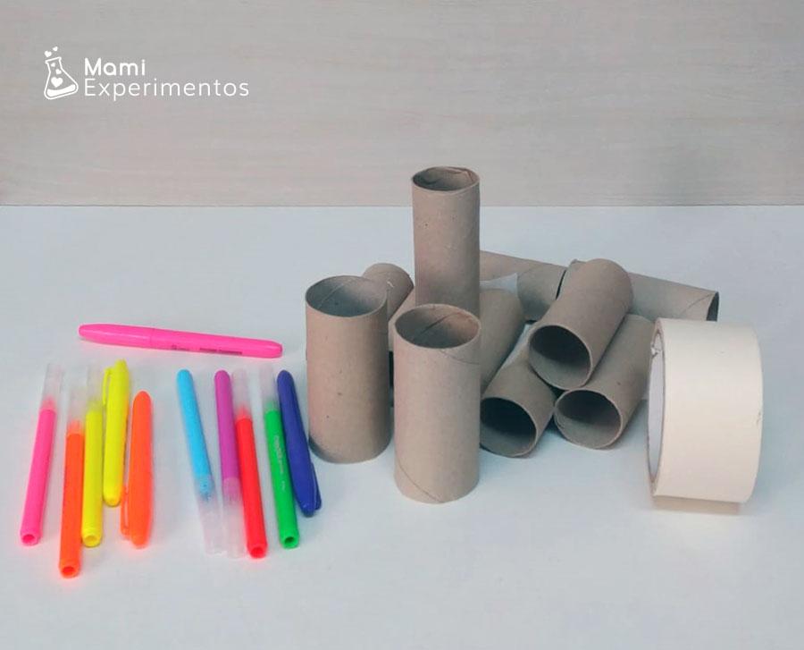 Materiales necesarios para crear rollos de papel fluorescents y jugar con luz negra