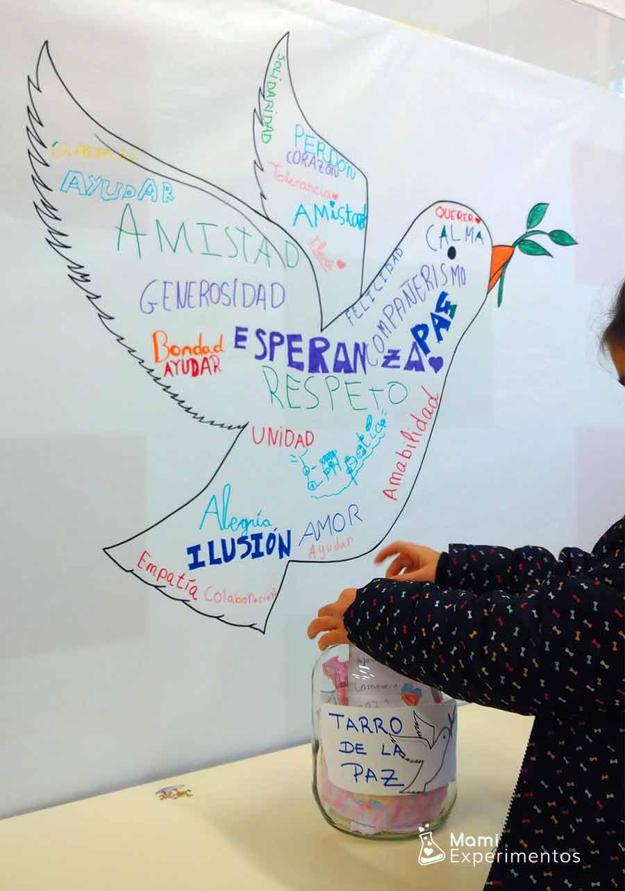 Mensajes de paz dentro de un bote de la paz
