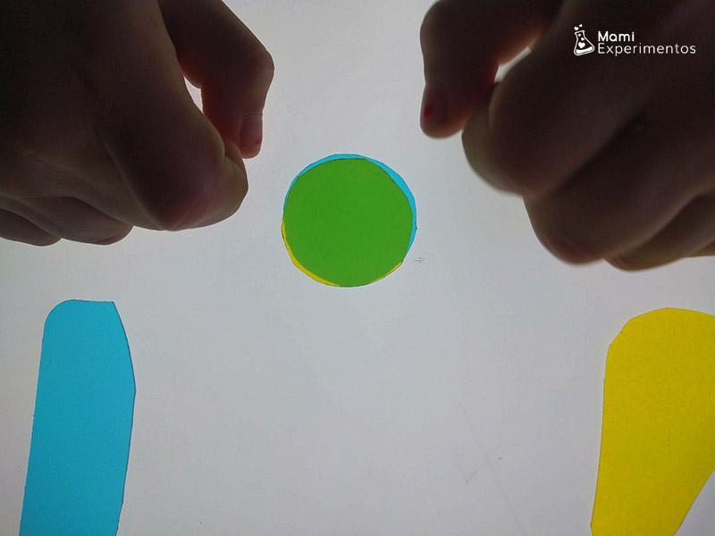 Mezclar colores primarios pequeño azul pequeño amarillo