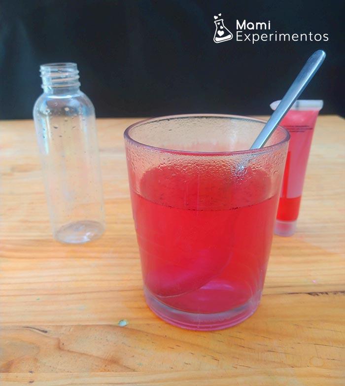 Mezclando agua con colorante rojo para volcán submarino