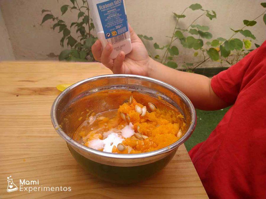 Echar bicarbonato a nuestro slime de calabaza