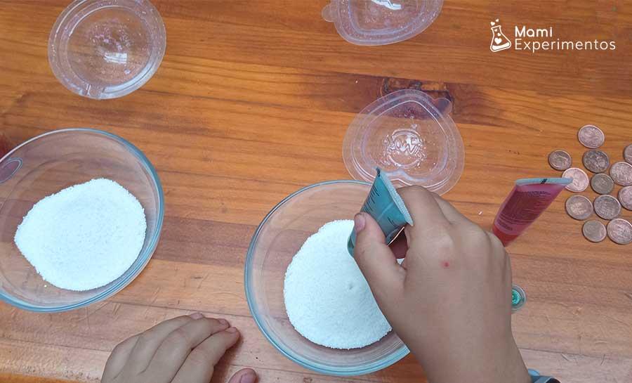 Mezclando bicarbonato con colorante para hacer tesoros piratas efervescentes