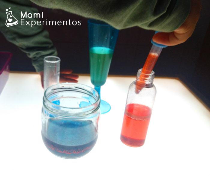 Mezclando colores con pipetas en mesa de luz