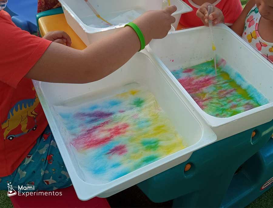Mezclando colores con pipetas y acuarelas líquidas en taller de verano