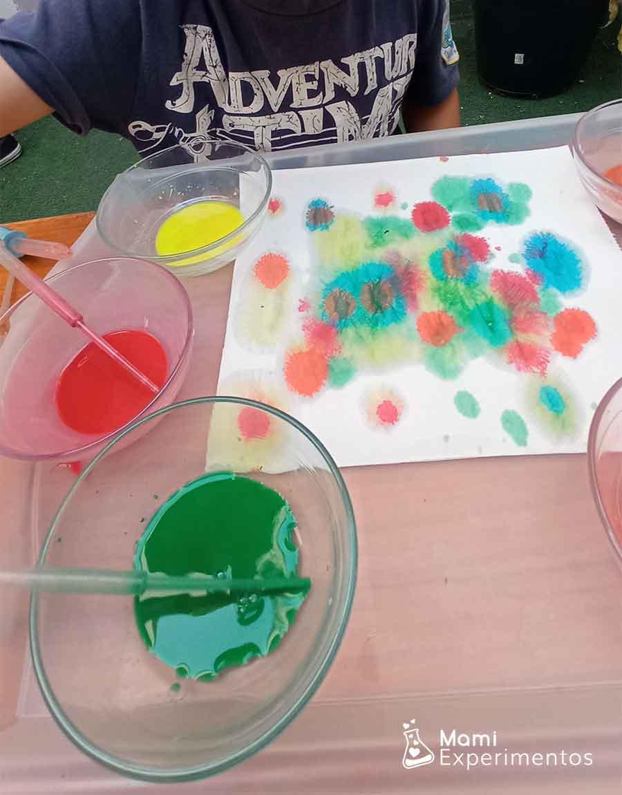 Mezclando colores en papel de cocina