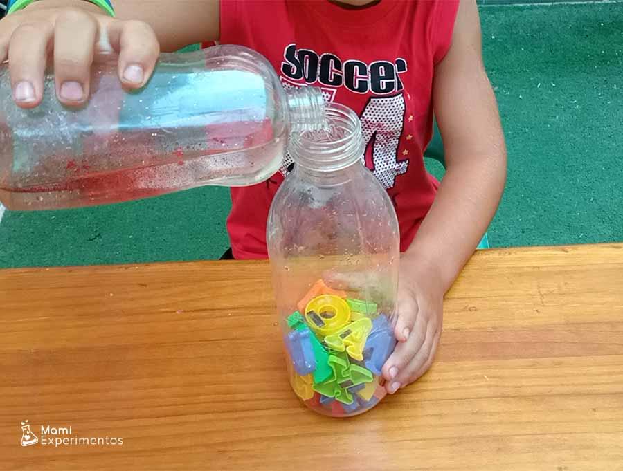 Mezclando con aceite de bebé y purpurina para botella sensorial alfabeto