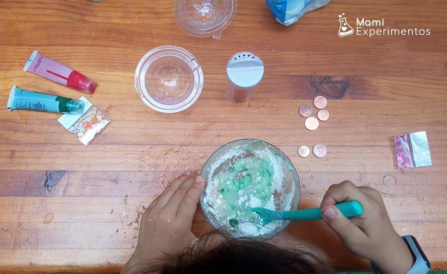 Mezclando ingredientes con purpurina para tesoros efervescentes