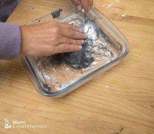 mezclando ingredientes plastilina casera galáctica