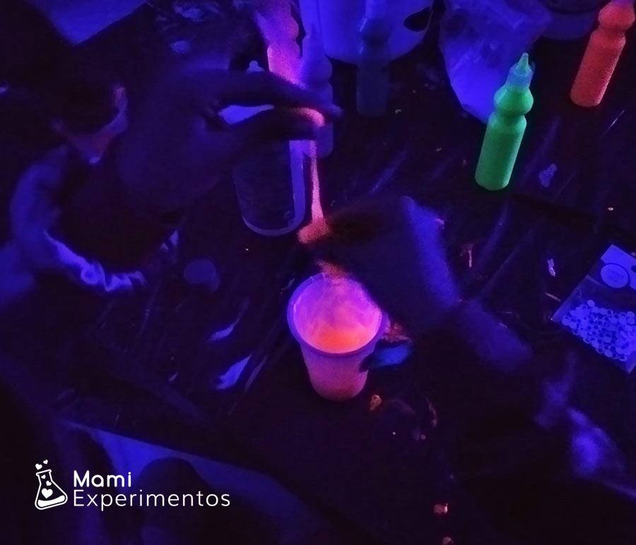 Mezclar ingredientes slime moco de monstruo fluorescente taller halloween