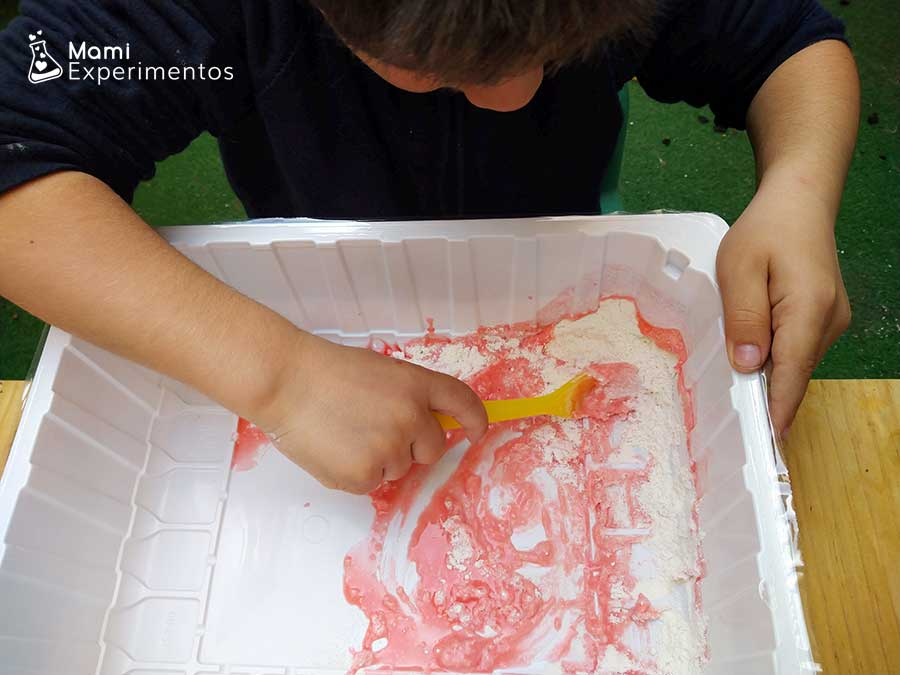 Mezclando ingredientes con el agua coloreada