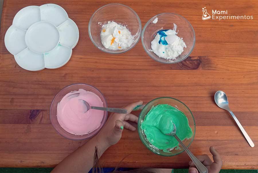 Mezclando maicena con colorante y yogur natural para hacer pintura de yogur para bebés