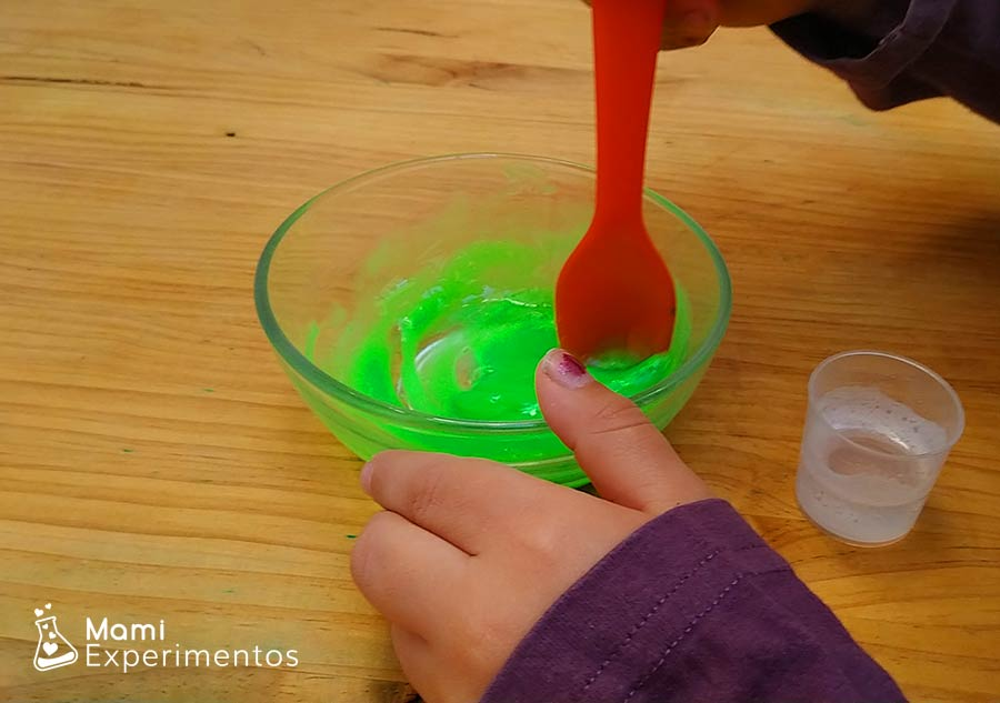 Mezclando slime moco de monstruo y líquido lentillas