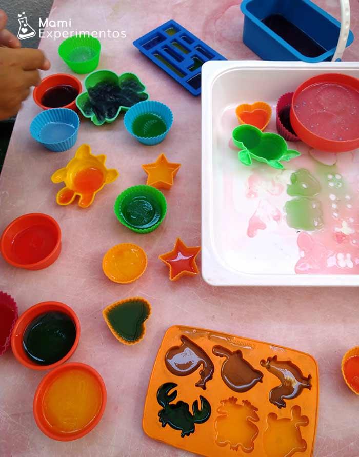 Moldes con gelatinas de colores
