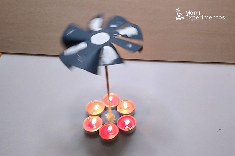Molino de la paz movido por las velas encendidas