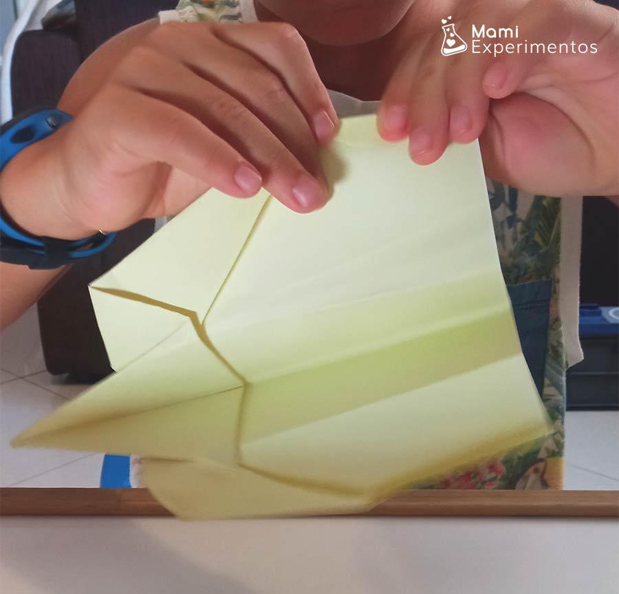 Montando avión de papel amarillo física con aviones