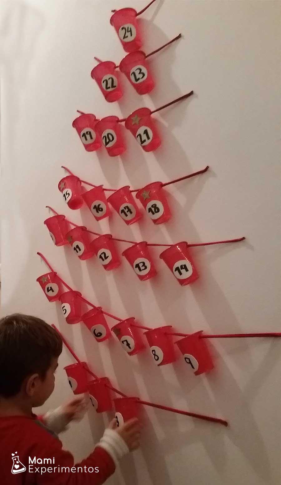 Montando calendario adviento casero forma árbol navidad