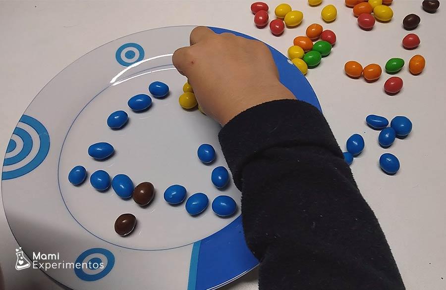 Montando caramelos de colores en creación de navidad