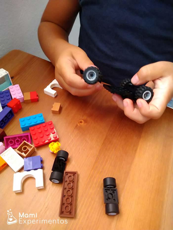 coches con piezas lego movidos por globos