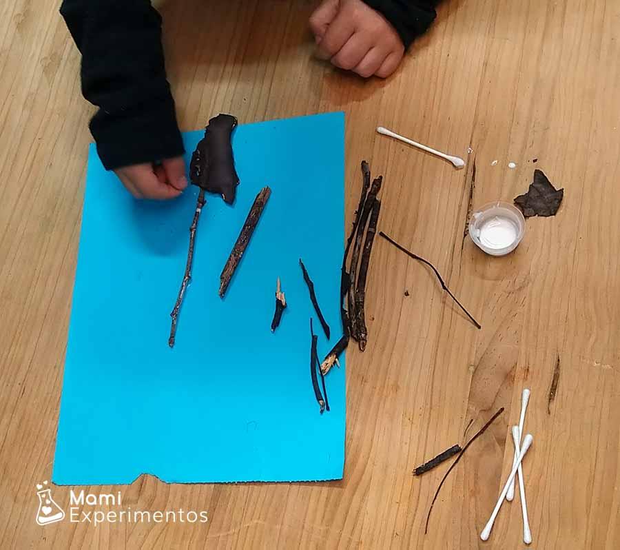 Montando con ramas y palos árbol de invierno artístico