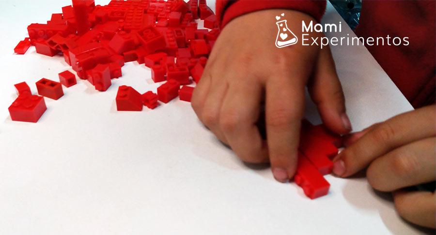 Montando corazón con piezas lego