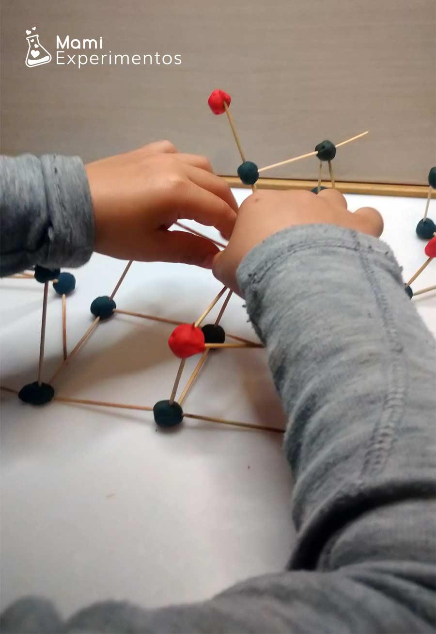 Montando cuadrado geométrico con plastilina y palillos