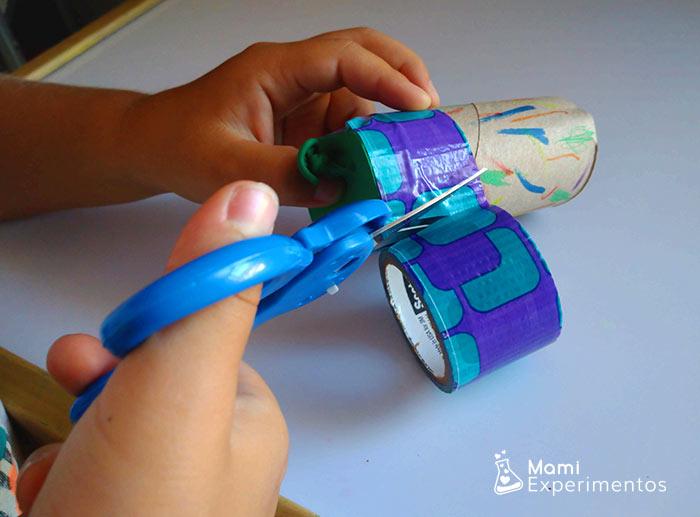 montando rollo papel higiénico para lanzador de pompones