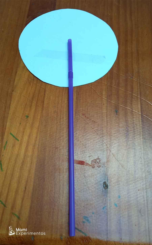 Montando taumatropo o juguete de ilusión óptica con temática veraniega