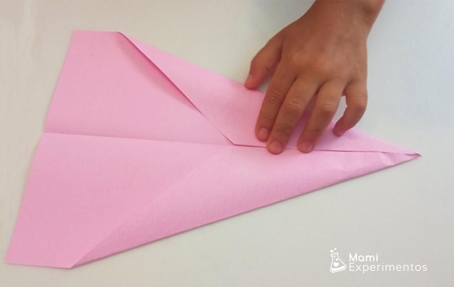 Montar avión de papel color rosa física con aviones de papel