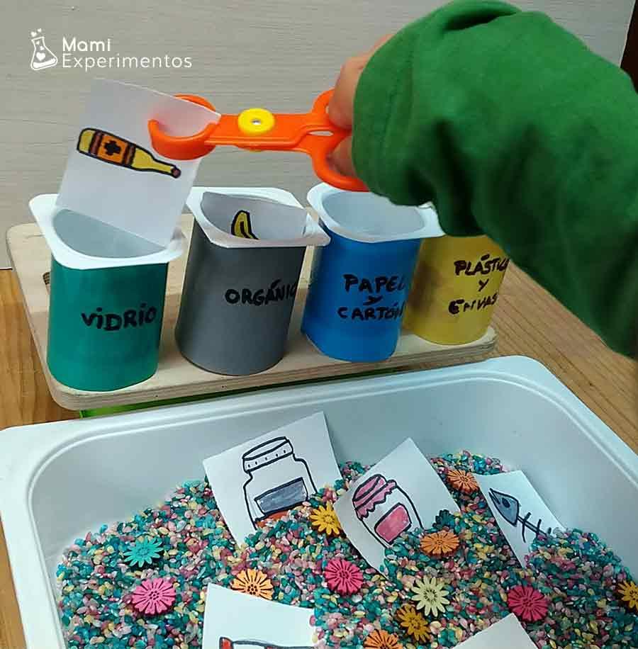 Motricidad fina en bandeja sobre reciclaje especial día de laTierra