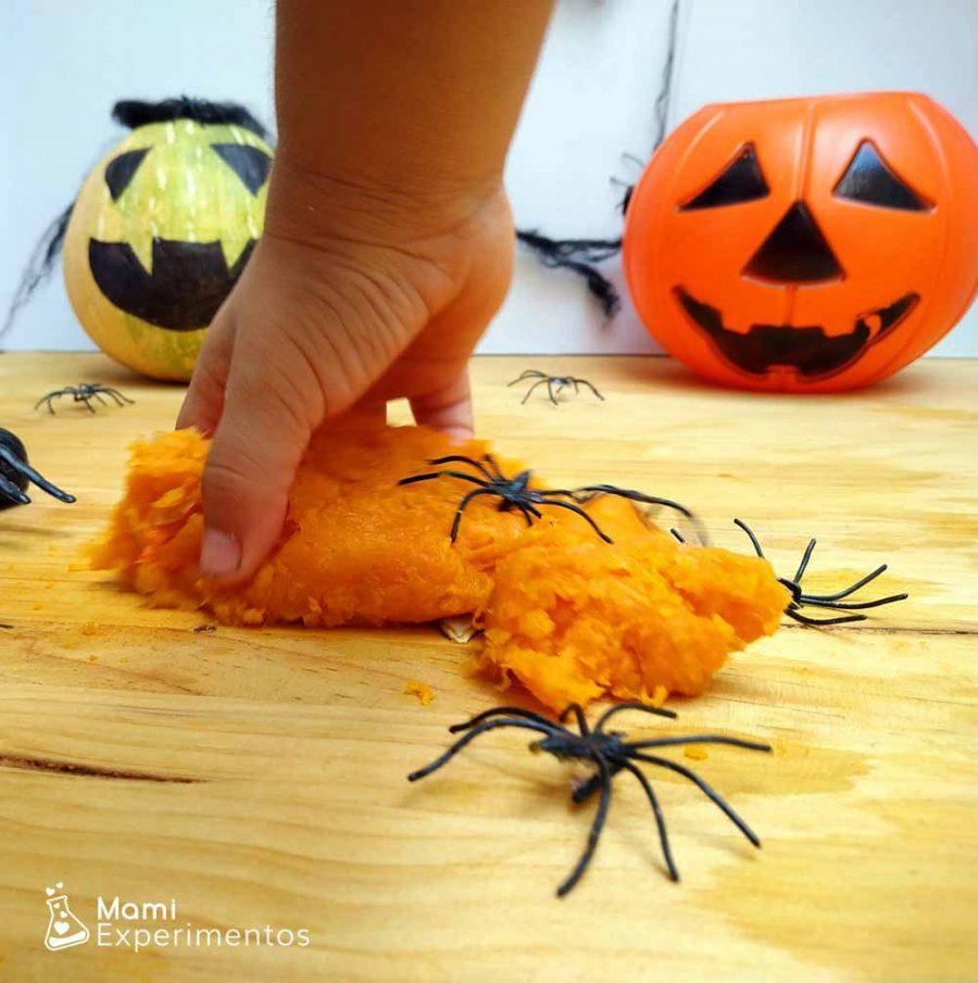Nido de arañas en nuestro slime de calabaza especial halloween